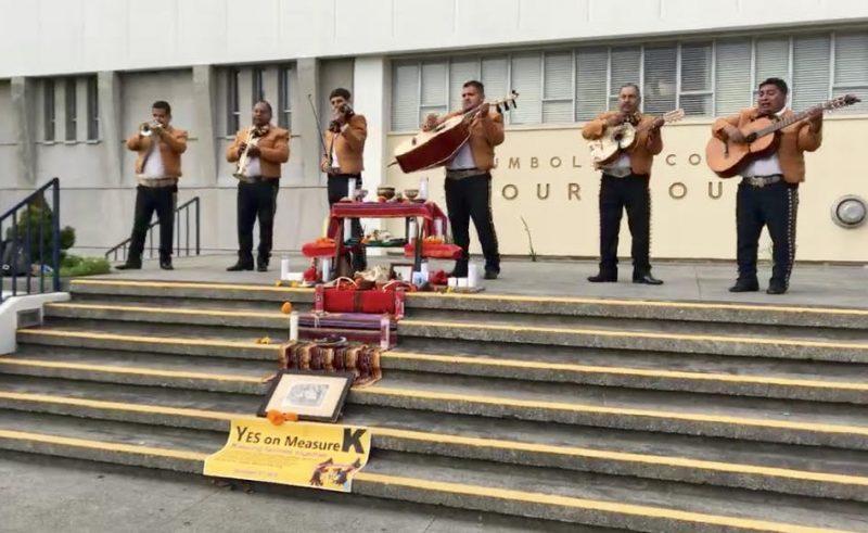 Mariachi band and ofrenda.