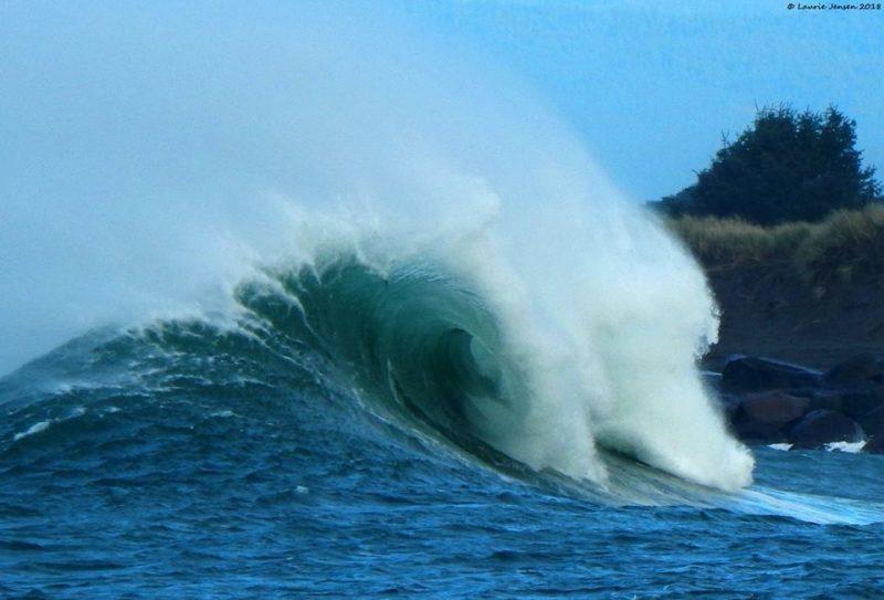 Waves surfing Laurie Jensen