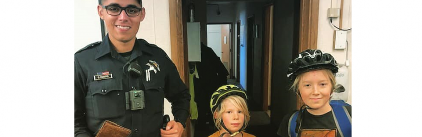 Officer with two boys who returned lost wallet.